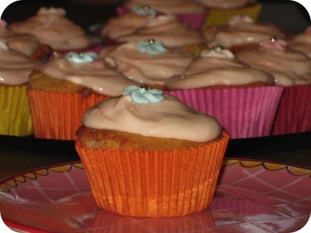 Witte Chocolade Muffins met Aardbeienglazuur