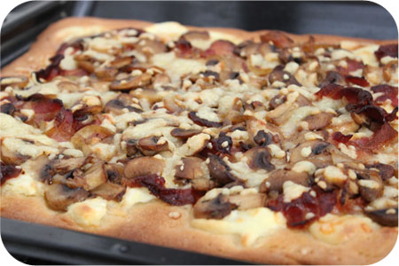 Pizza met MonChou, Ontbijtspek en Champignons
